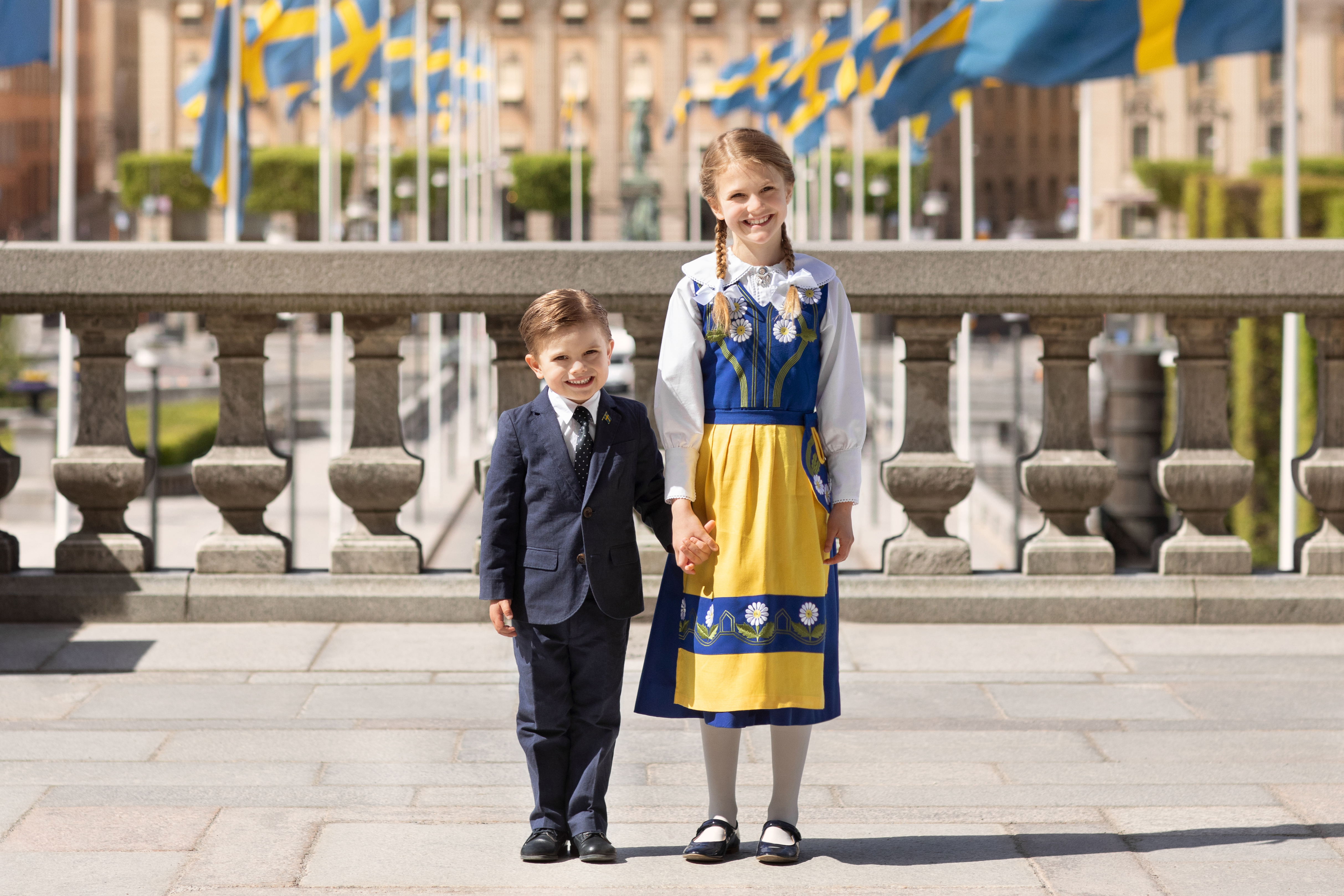 """Prinz Oscar und Prinzessin Estelle sollen auch normale Erfahrungen sammeln. """"Ich halte es für wichtig, dass die Kinder sich in verschiedenen Umfeldern bewegen. Man muss wissen, wie man U-Bahn fährt, und wie es ist, Bus zu fahren oder in einer Schlange zu stehen"""","""