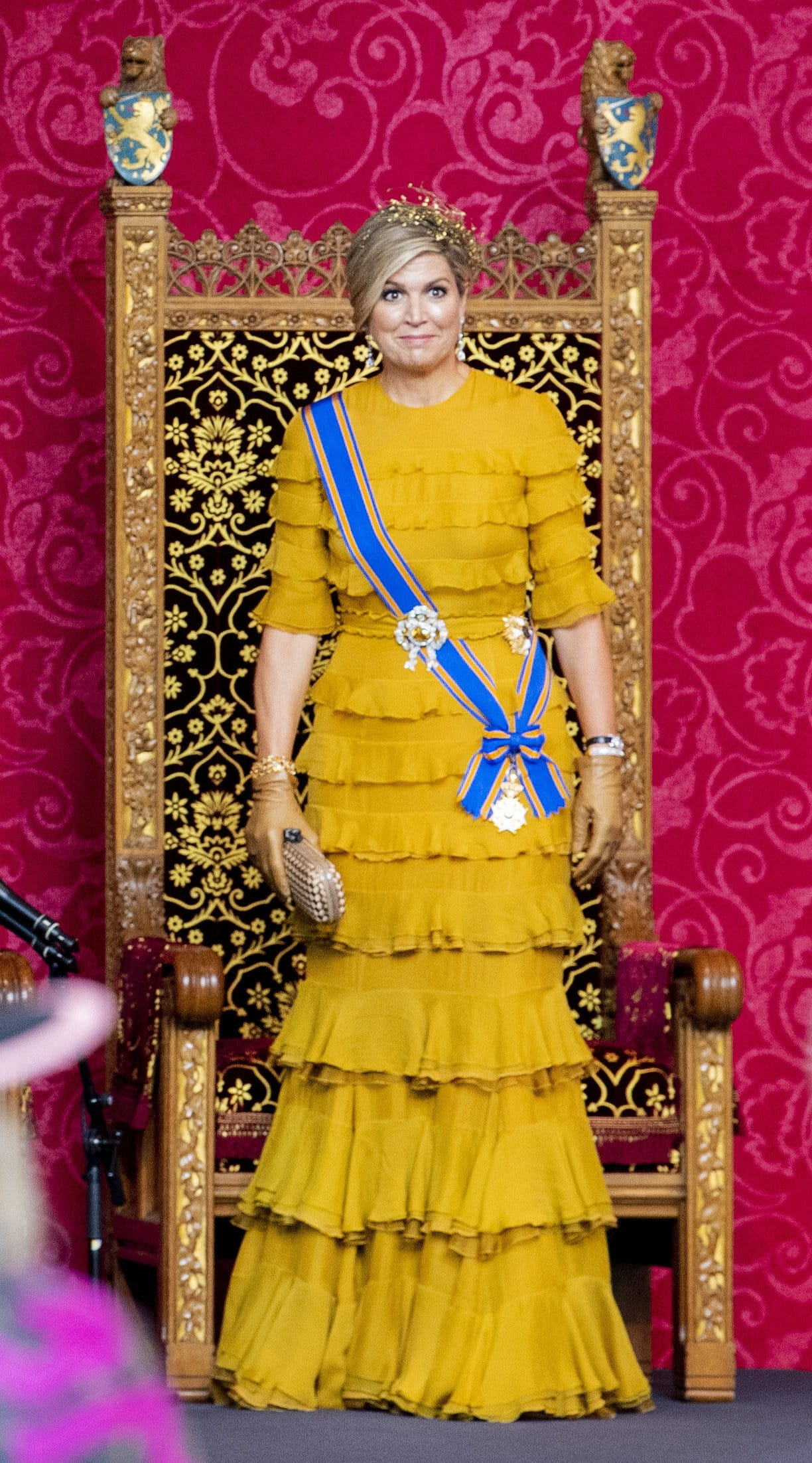 Königin Maxima in einem goldgelben Kleid mit Volants