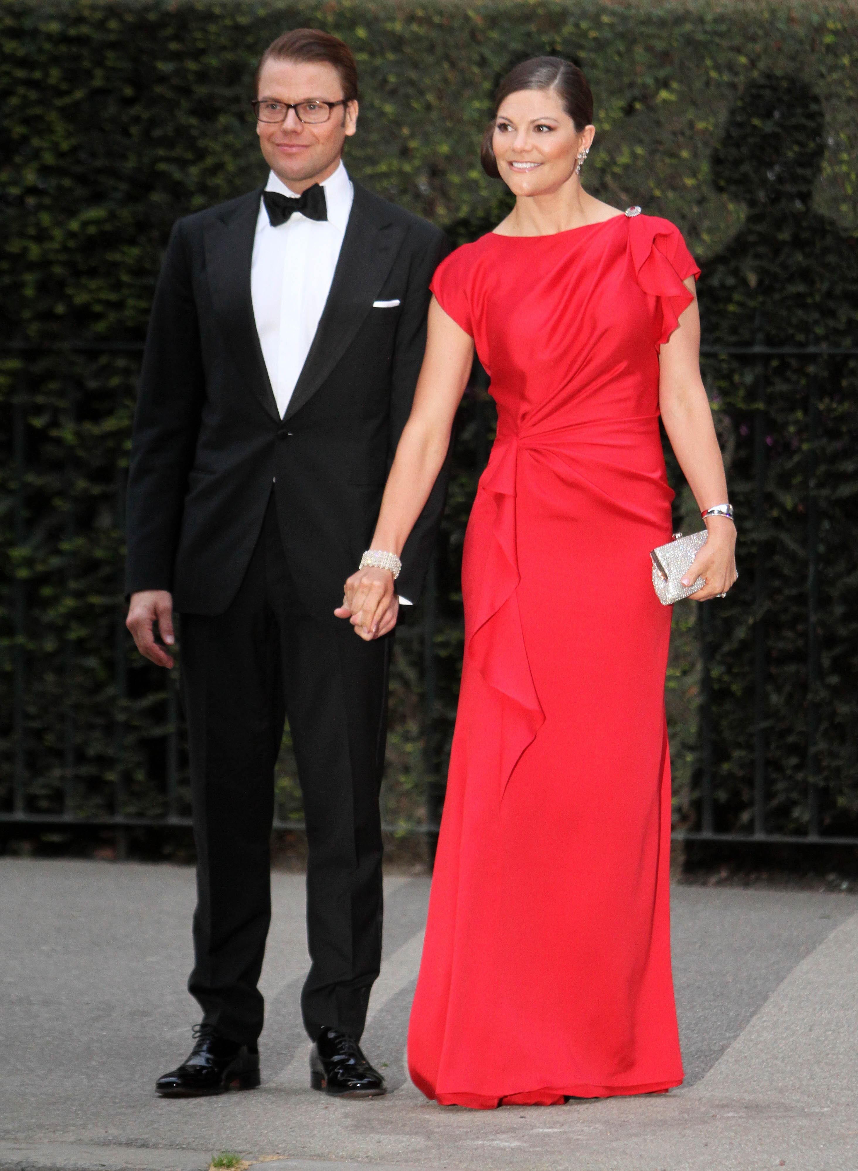 Die schwedische Kronprinzessin trägt ein rotes, bodenlanges Kleid.