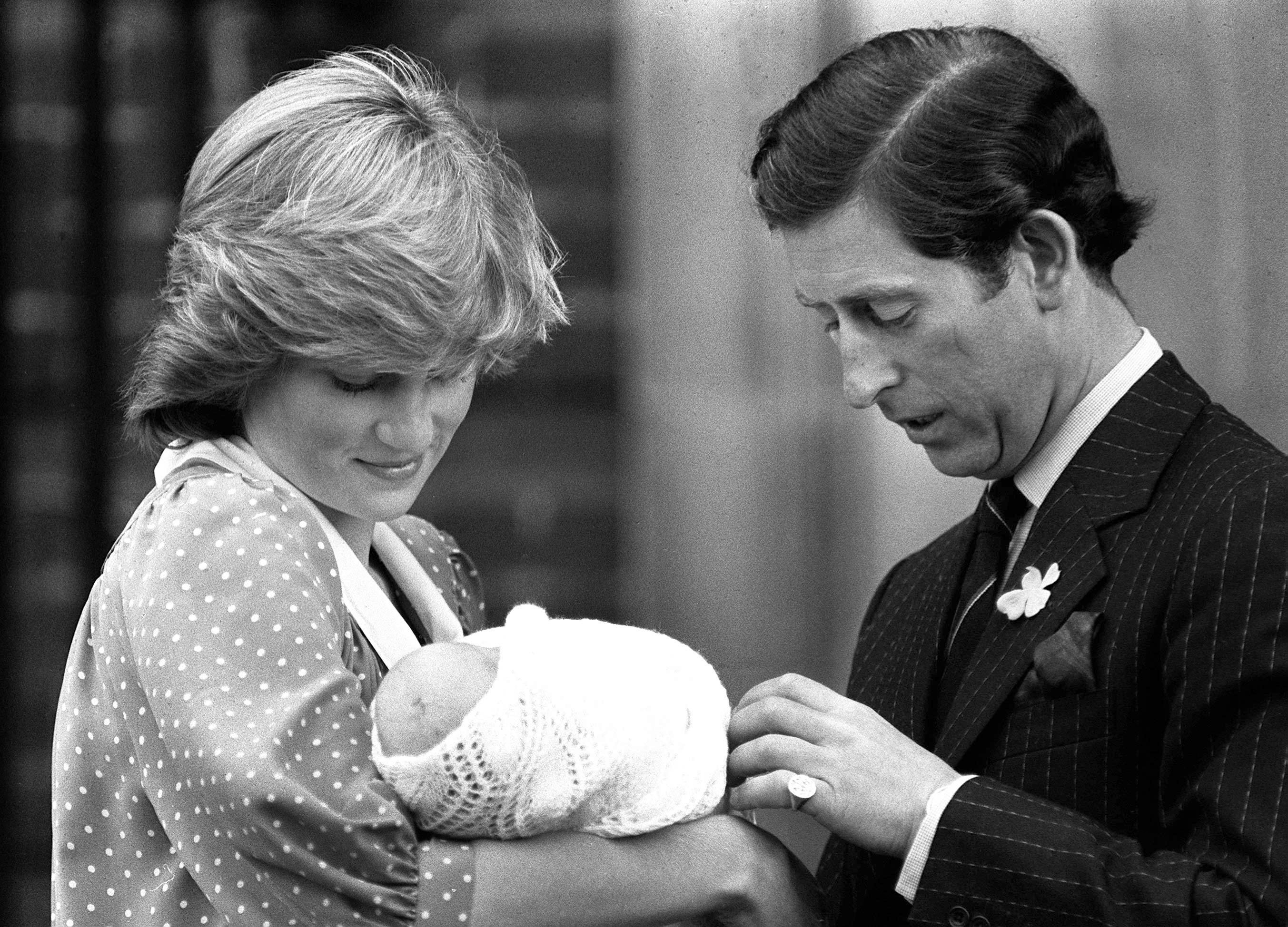 Prinzessin Diana und Prinz Charles mit Baby William