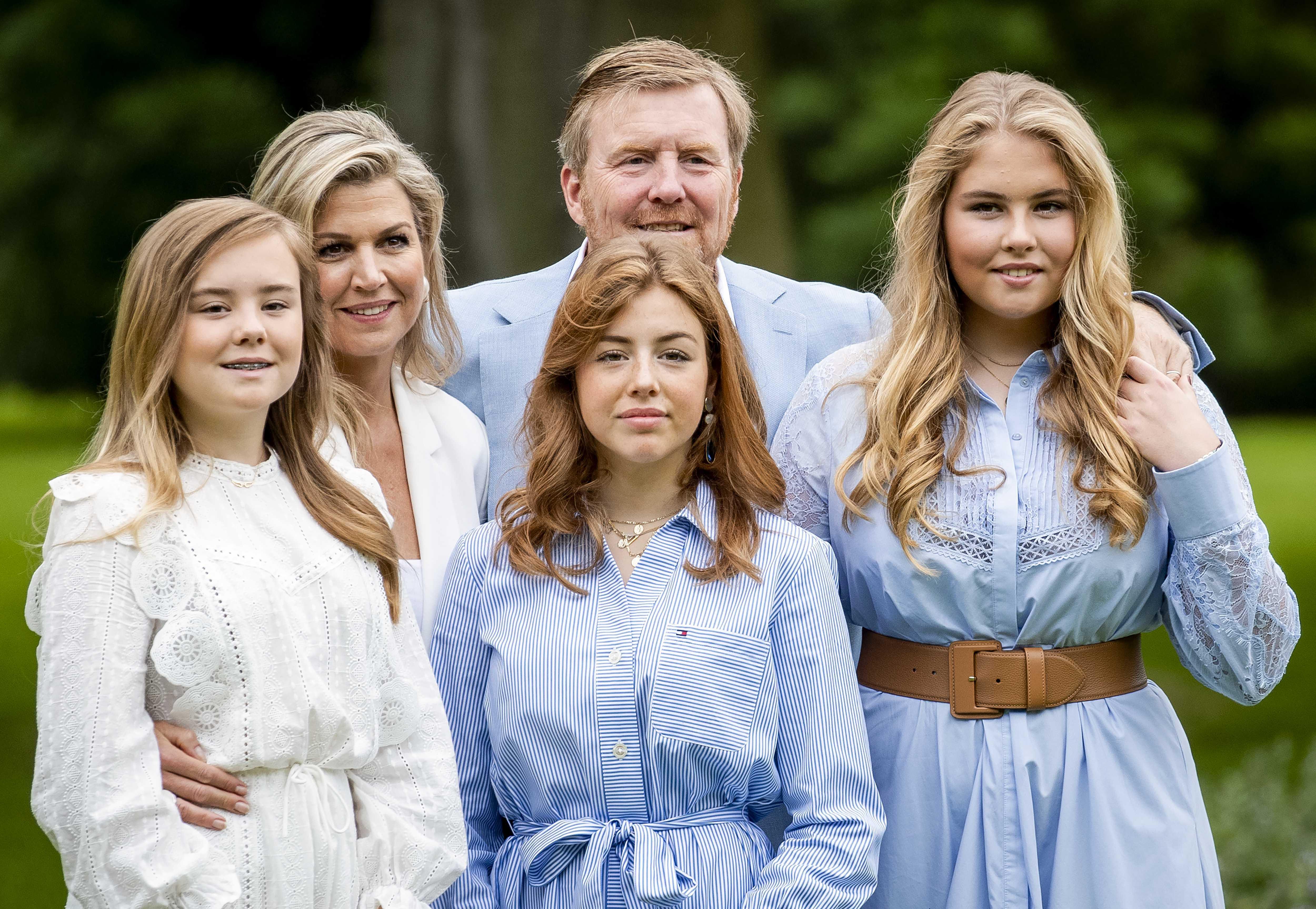 Königin Maxima, König und König Willem-Alexander der Niederlande mit ihren Töchtern
