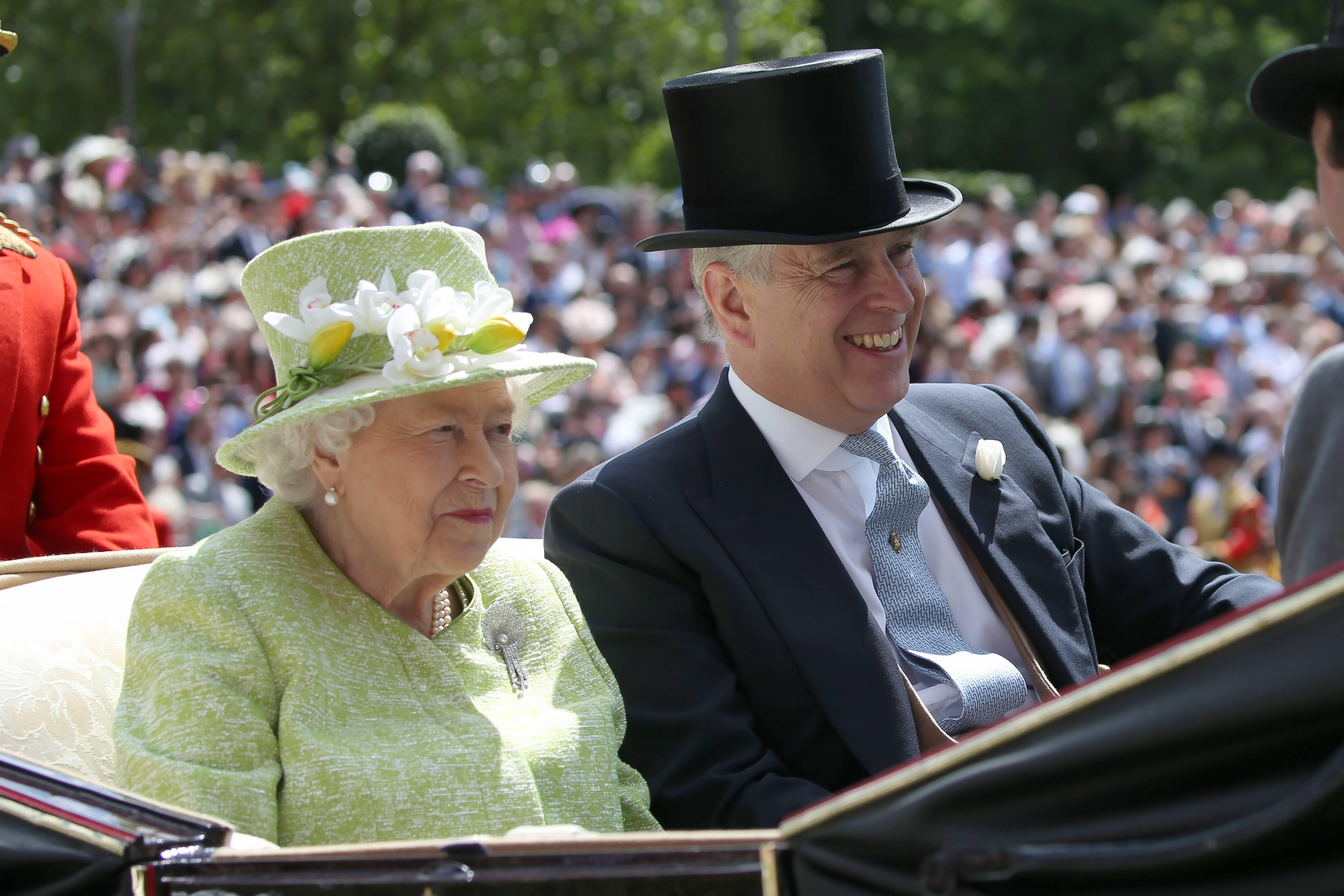 Queen Elizabeth mit ihrem Sohn Prinz Andrew