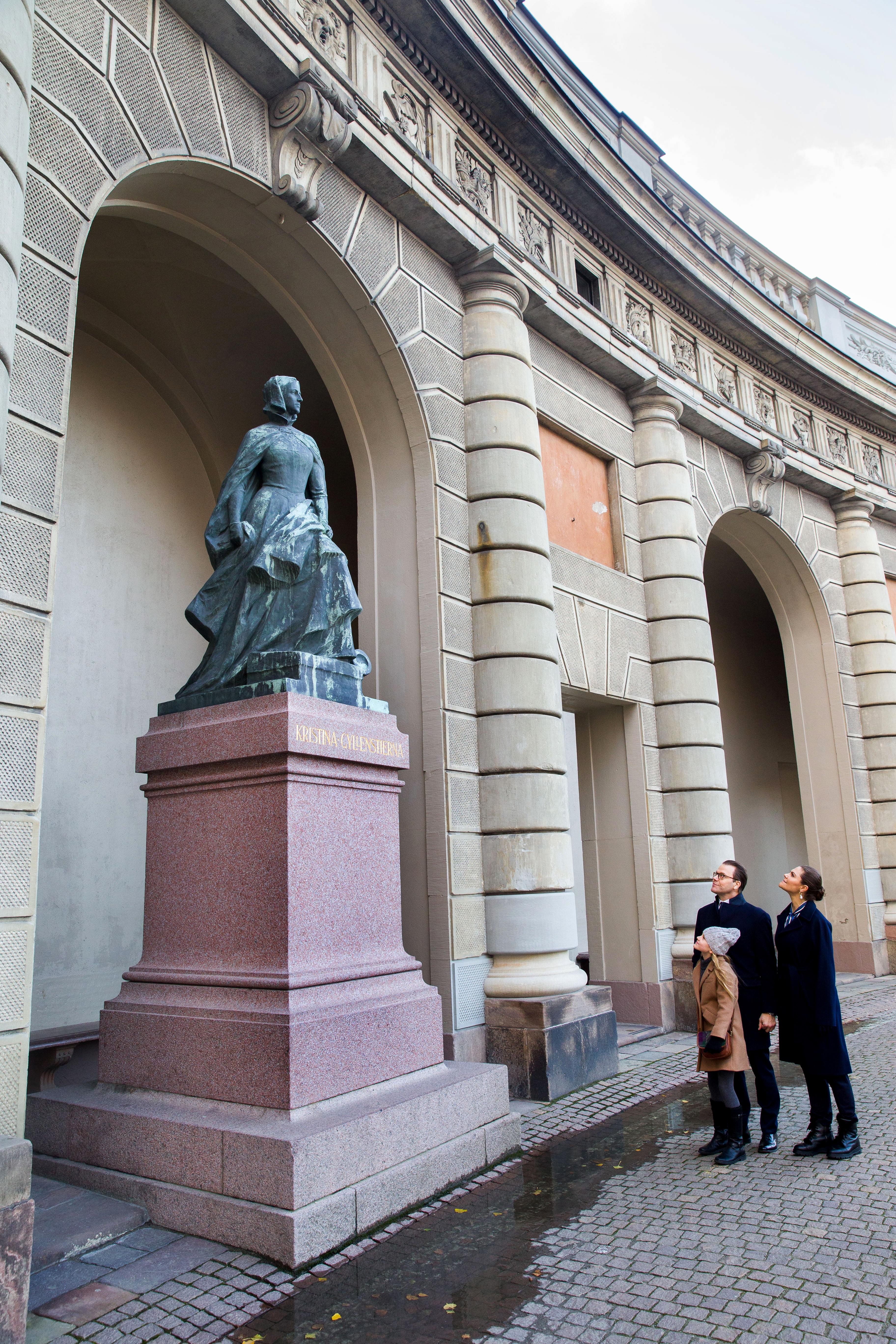Prinzessin Estelle vor Statue