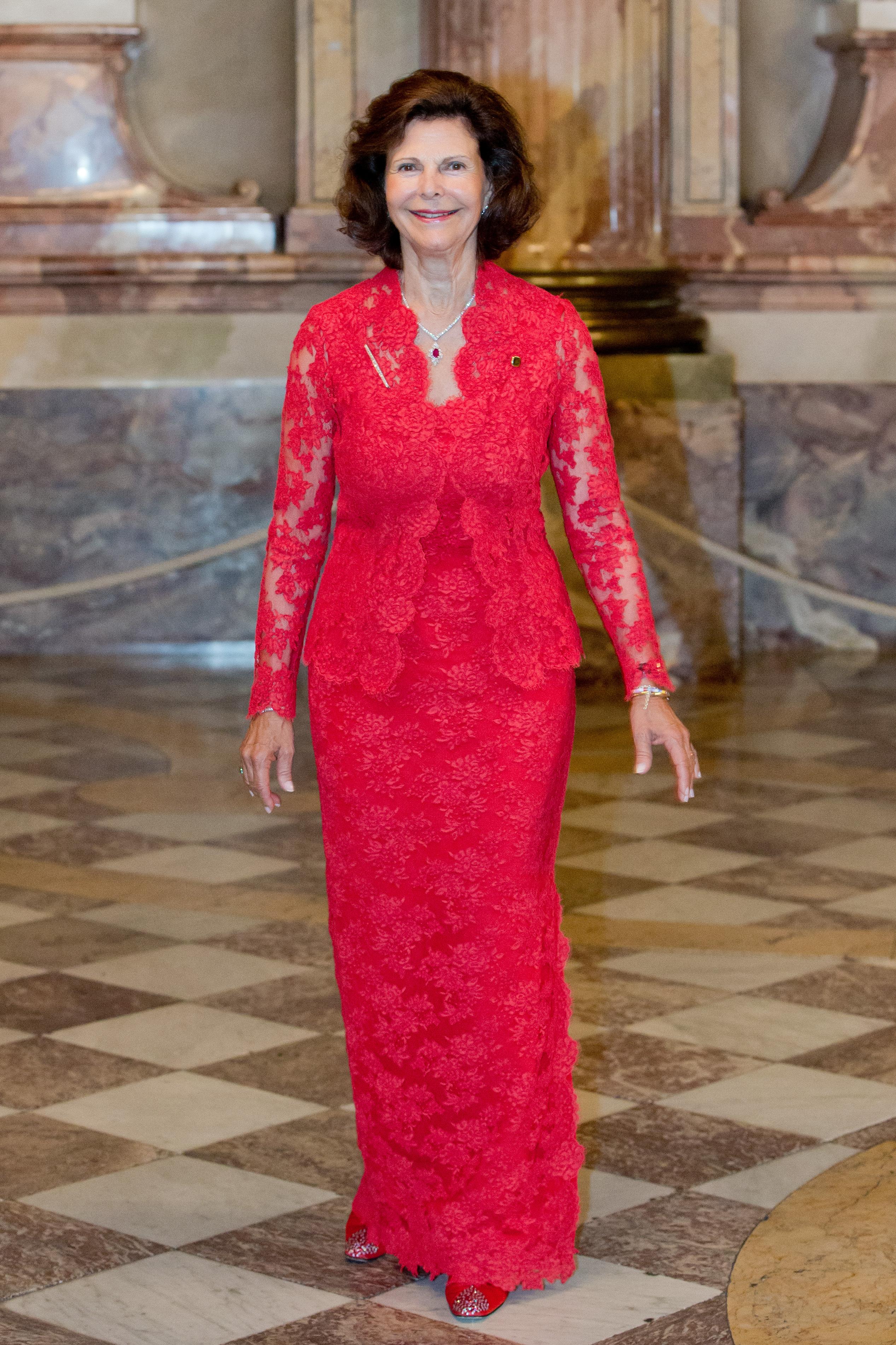 Schwedische Königin im roten Kleid