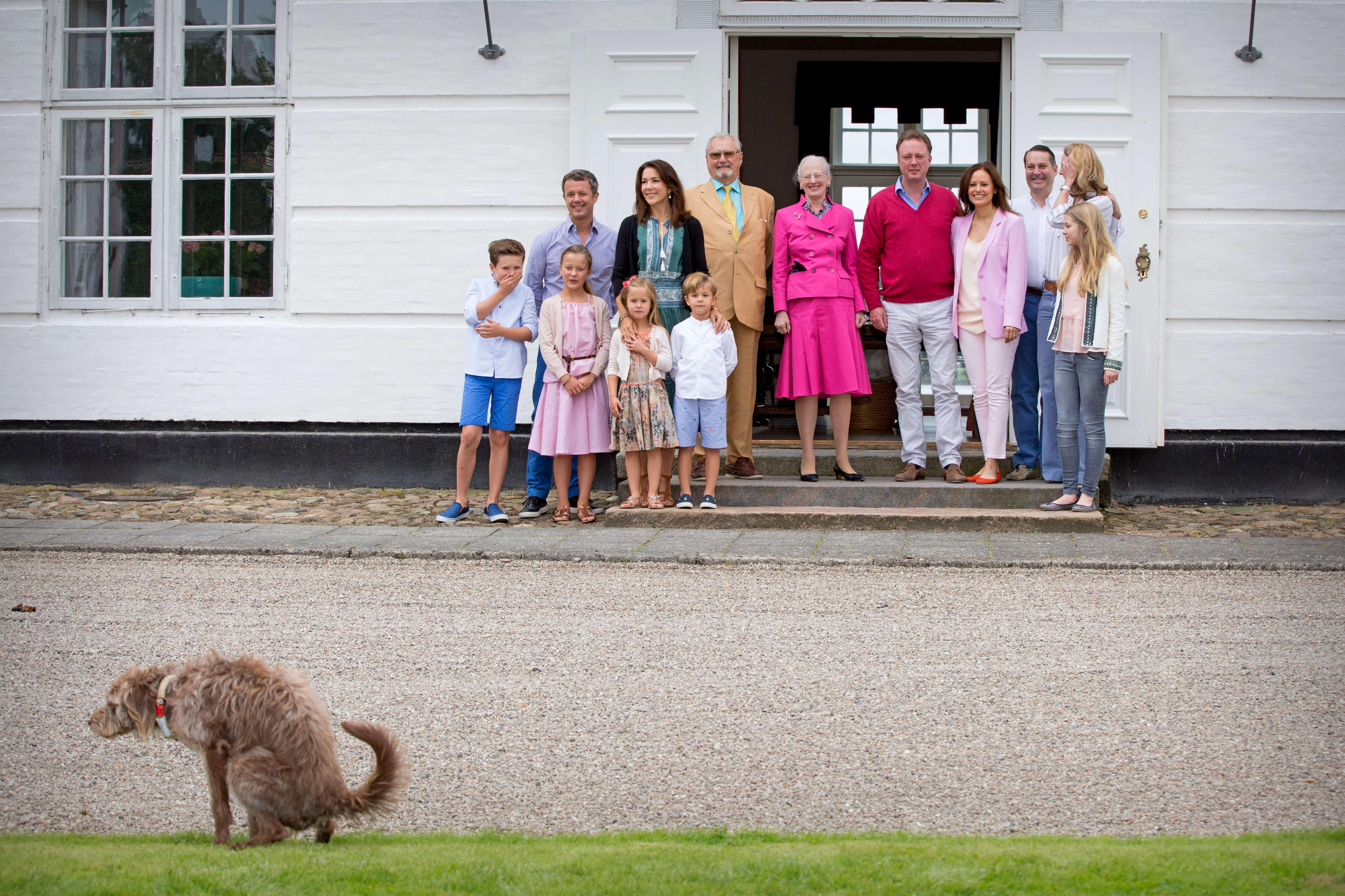 Dänische Königsfamilie und Hund
