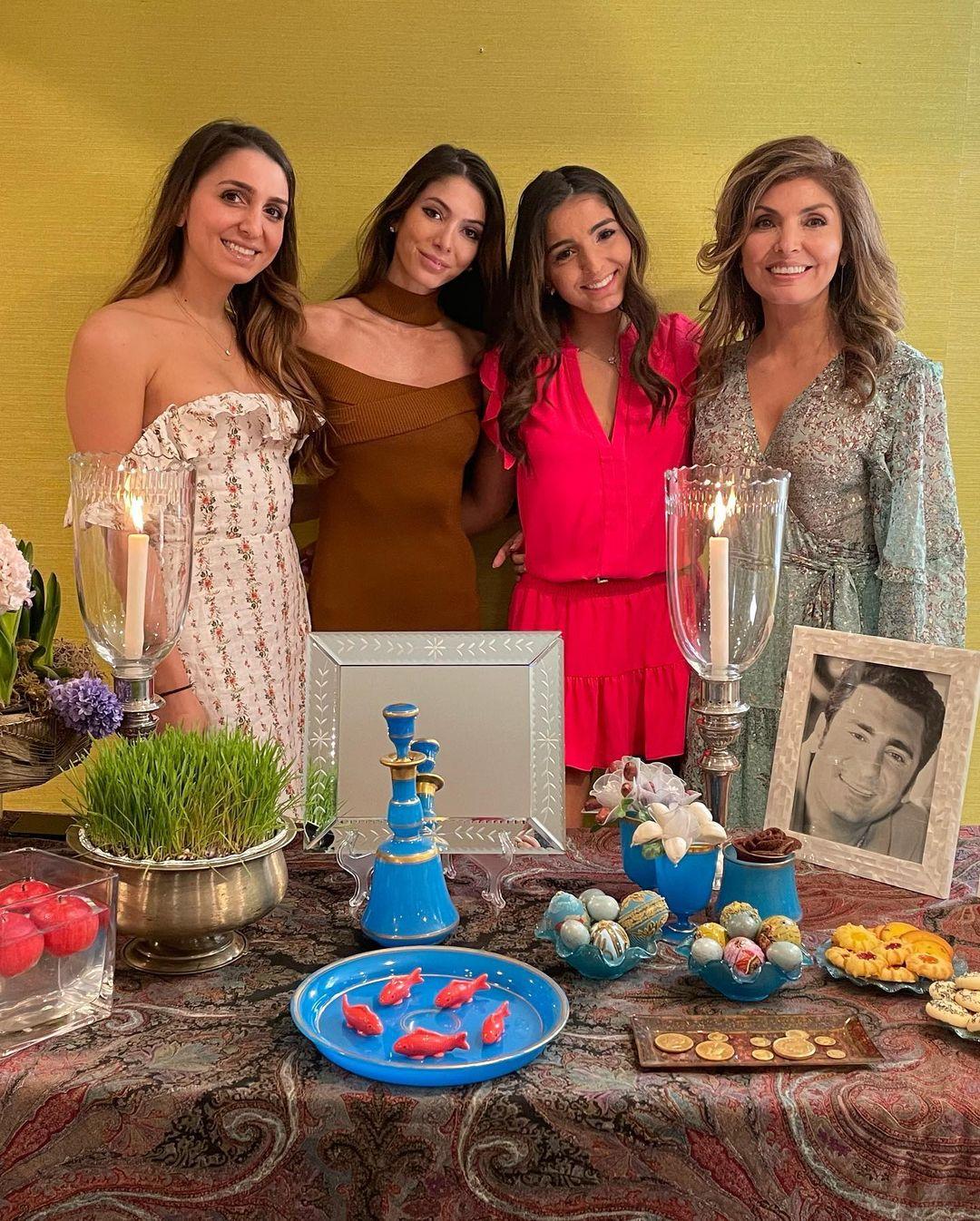 Yasmine Pahlavi mit ihren drei Töchtern