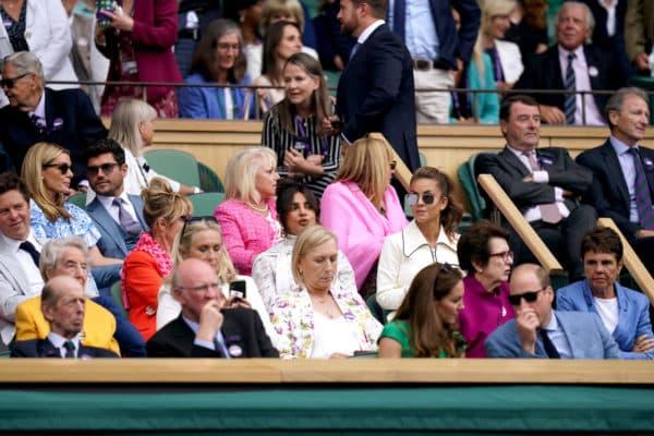 Priyanka Chopra sitzt hinter Herzogin Kate und Prinz William