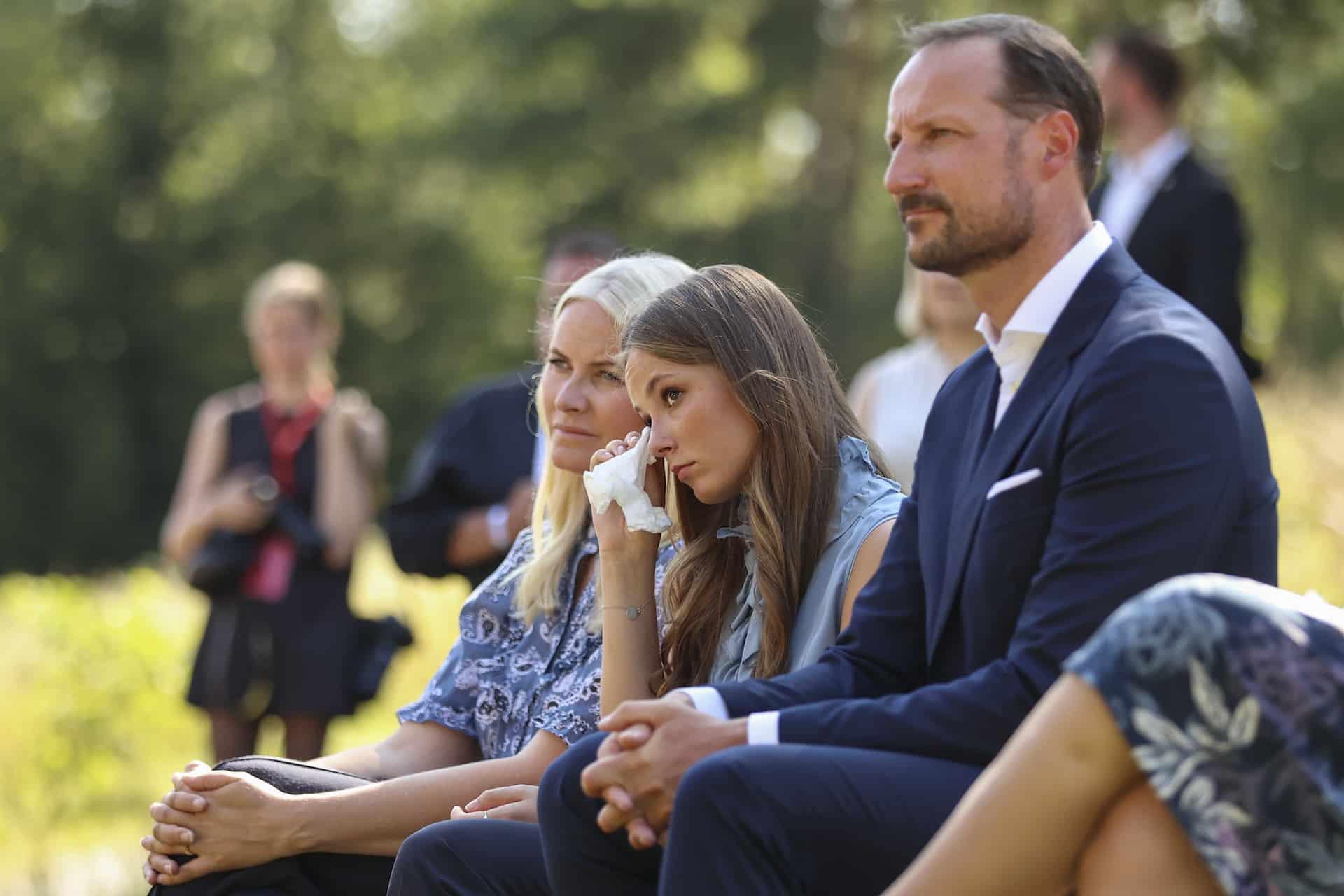 Prinzessin Ingrid Alexandra hat mit ihren Eltern eine Gedenkveranstaltung für die Terroropfer besucht. Plötzlich konnte die 17-Jährige ihre Tränen nicht mehr zurückhalten.