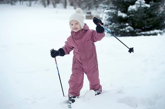 Dreijährige Prinzessin Estelle auf Skiern