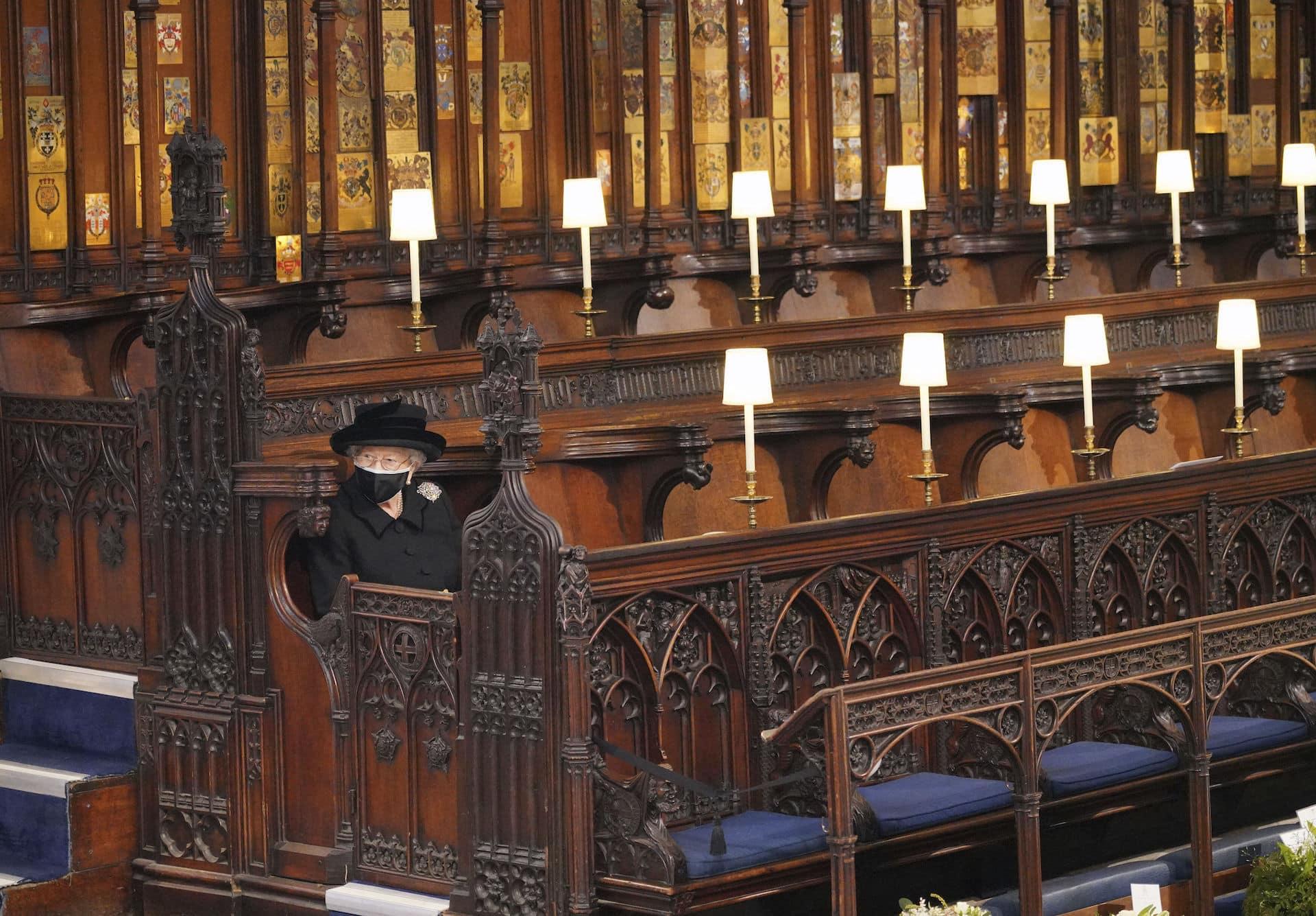 Queen Elizabeth allein bei der Beerdigung
