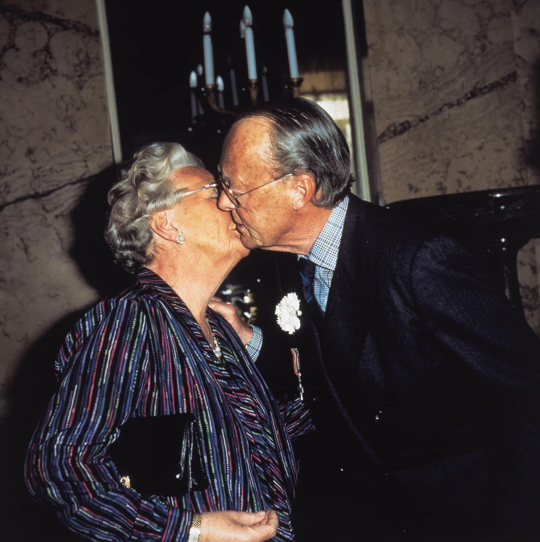 Diesen privaten Moment hat ein Fotograf Anfang der 2000er festgehalten. Das Bild zeigt einen Kuss von Prinz Bernhard (*1911-†2004) und Ex-Königin Juliana der Niederlande (*1909-†2004). Die Eltern von Prinzessin Beatrix waren 67 Jahre verheiratet.