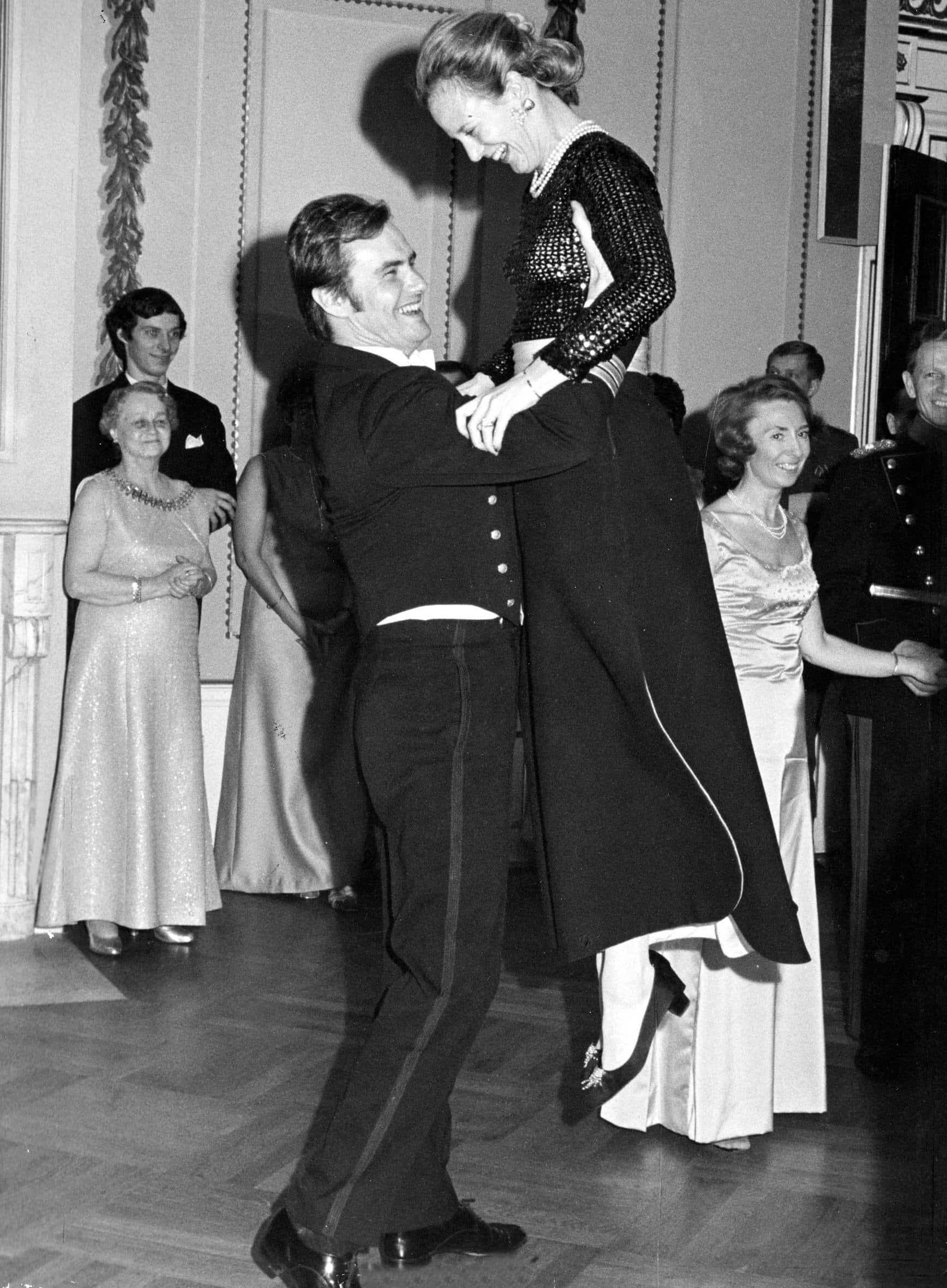 Prinz Henrik hebt Königin Margrethe in die Luft