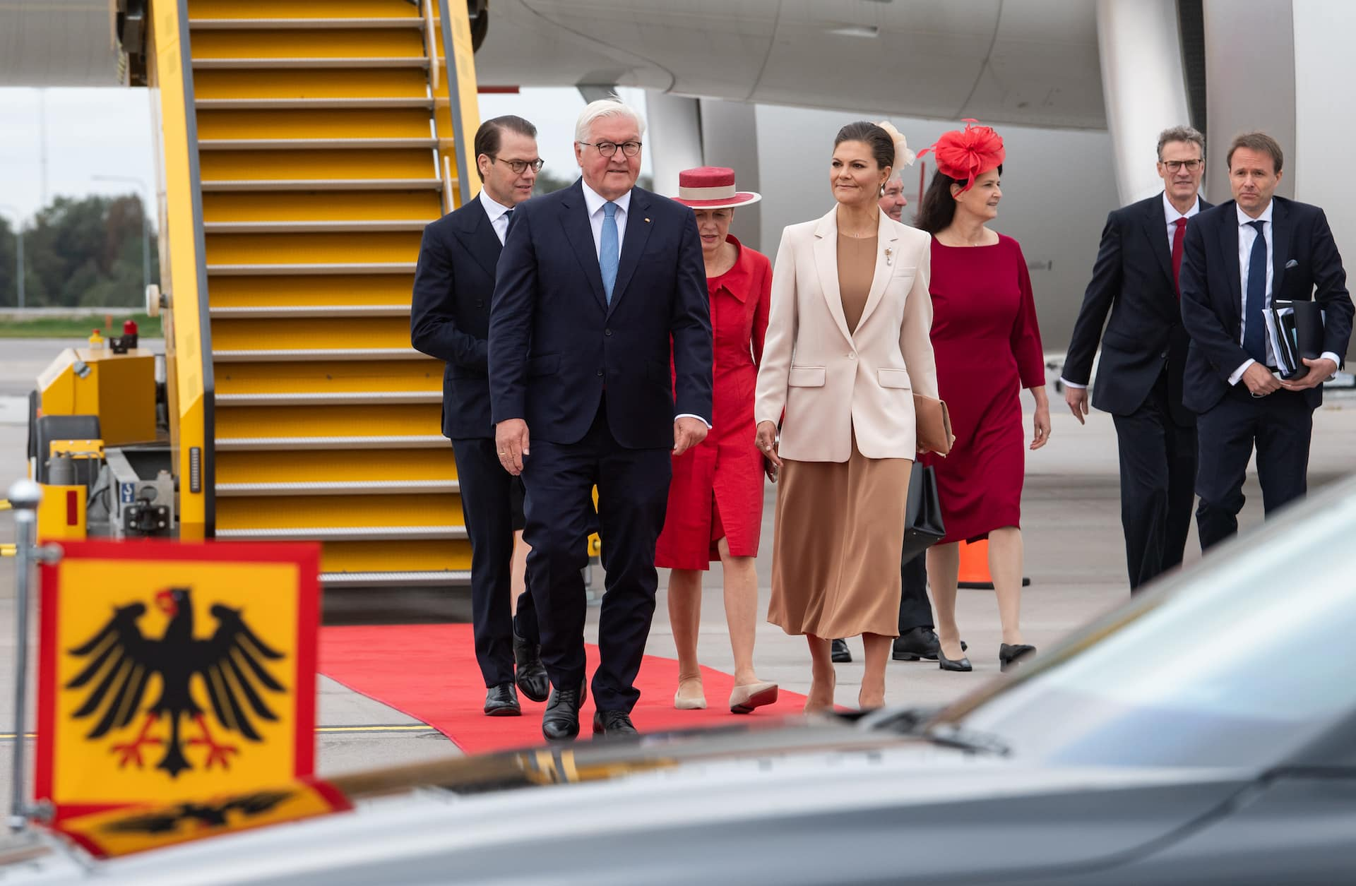 Kronprinzessin Victoria und Prinz Daniel haben Frank-Walter Steinmeier am Flughafen in Empfang genommen. Der Bundespräsident und seine Frau bleiben drei Tage auf Staatsbesuch in Schweden.