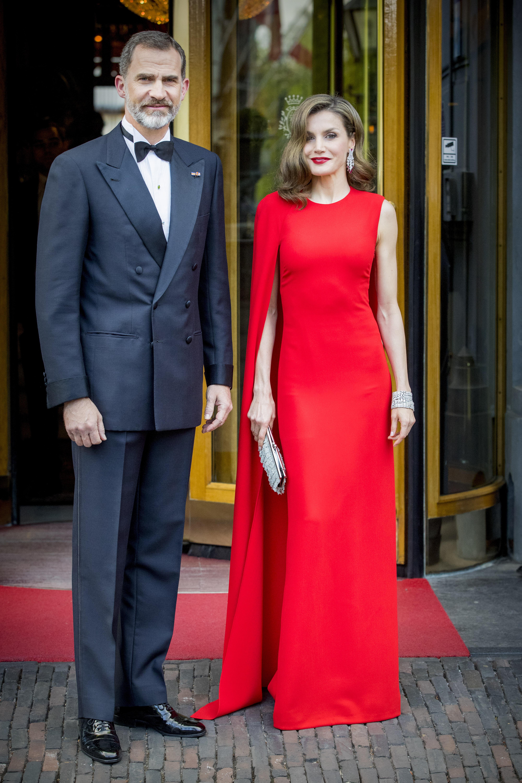 Königin Letizia im roten Kleid
