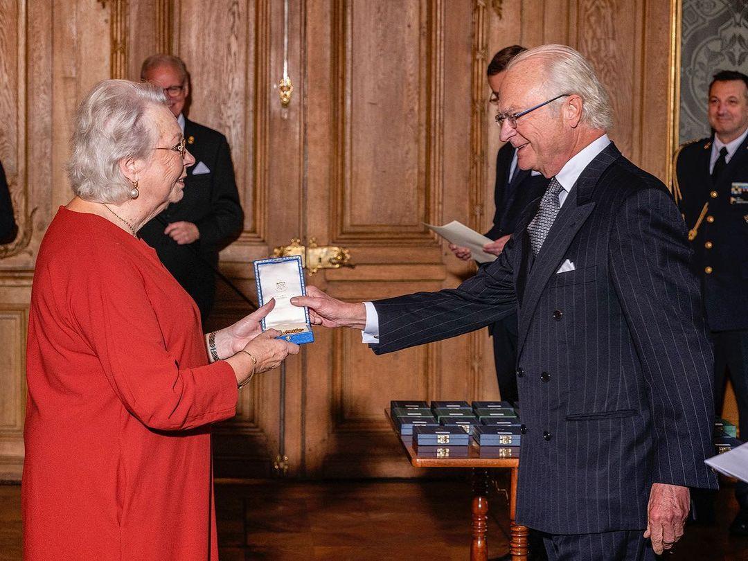 König Carl Gustaf vergibt Auszeichnung an seine Schwester