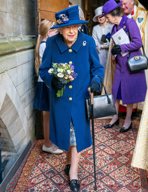 Queen Elizabeth mit Gehstock